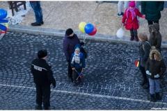 Copii curiosi sa vada militari si masini de armata