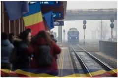 Calatori pe peronul garii in asteptarea Trenului Unirii